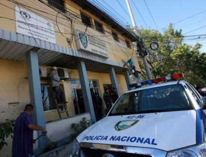 Policías tienen las manos sueltas: Postas policiales son un peligro para personas detenidas